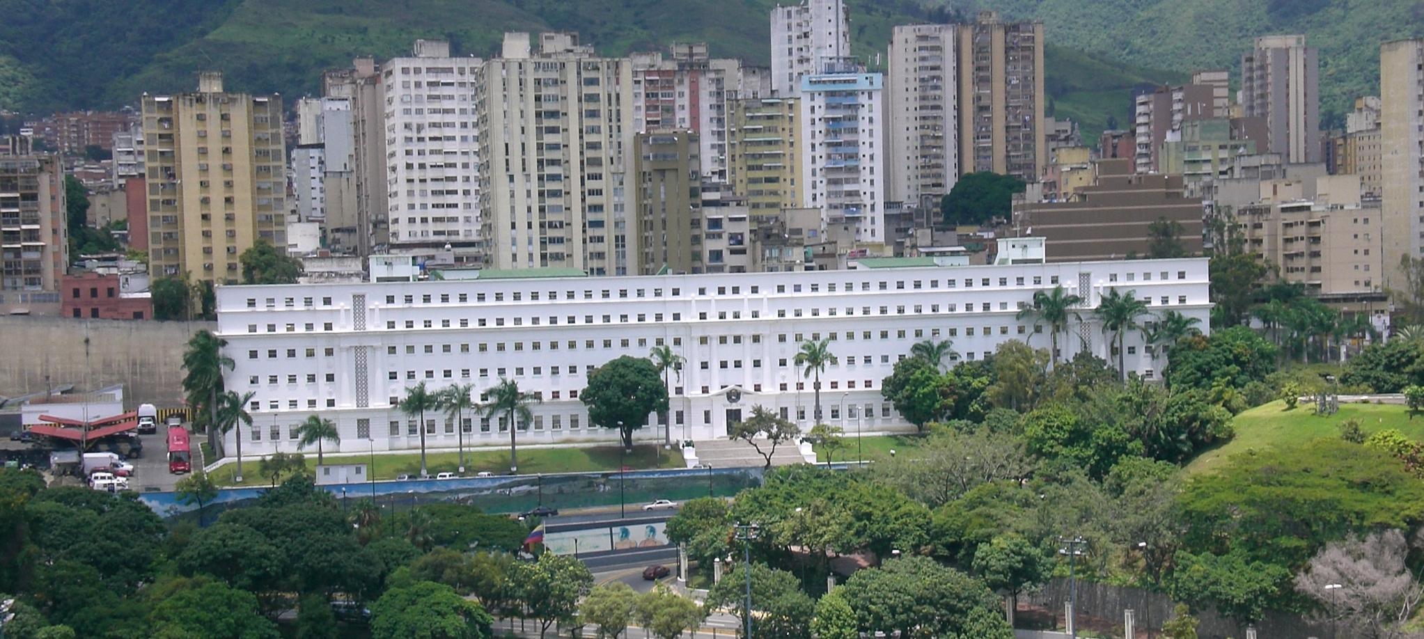 """En este edificio blanco rectangular, ubicado frente al Palacio Presidencial de Miraflores, en el noroeste de Caracas, Venezuela, opera uno de los """"bunkers"""" del gobierno de Nicolás Maduro que espía masivamente las comunicaciones privadas de miles de venezolano"""