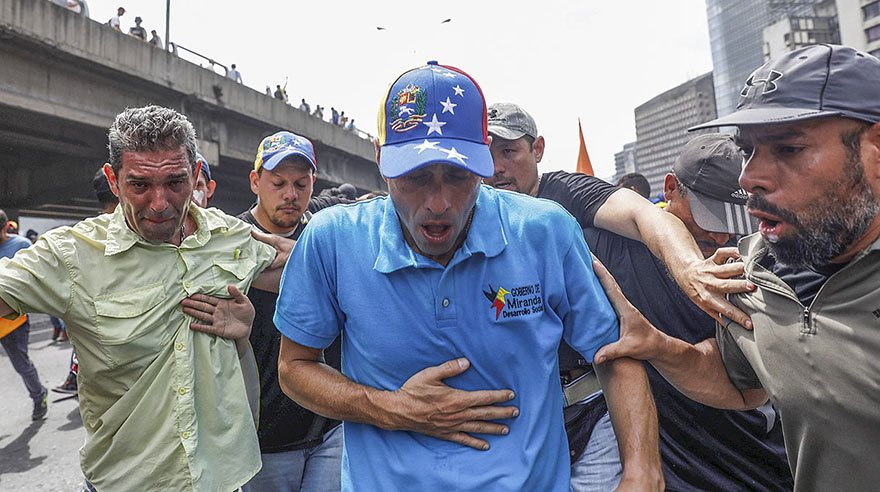 Opposition leader Henrique Capriles is overcome by tear gas during an opposition rally in Caracas, Venezuela April 6, 2017. REUTERS/Carlos Garcia Rawlins